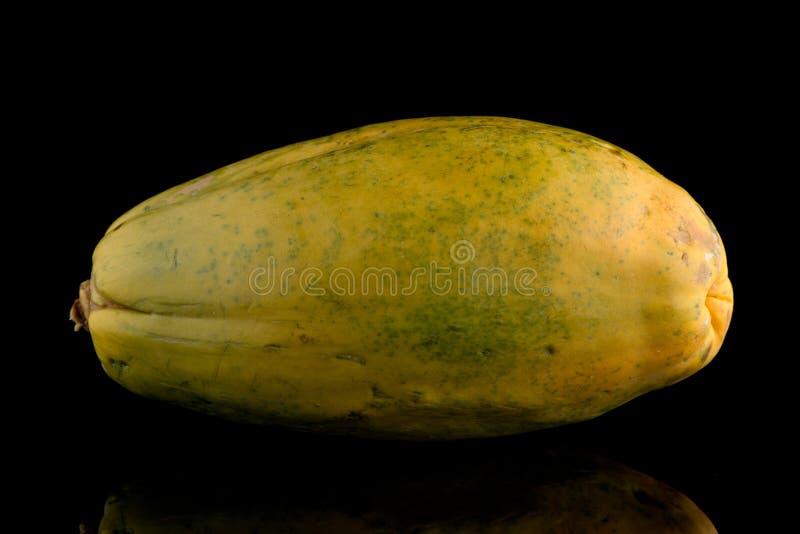 Papajafruit op zwarte achtergrond stock foto