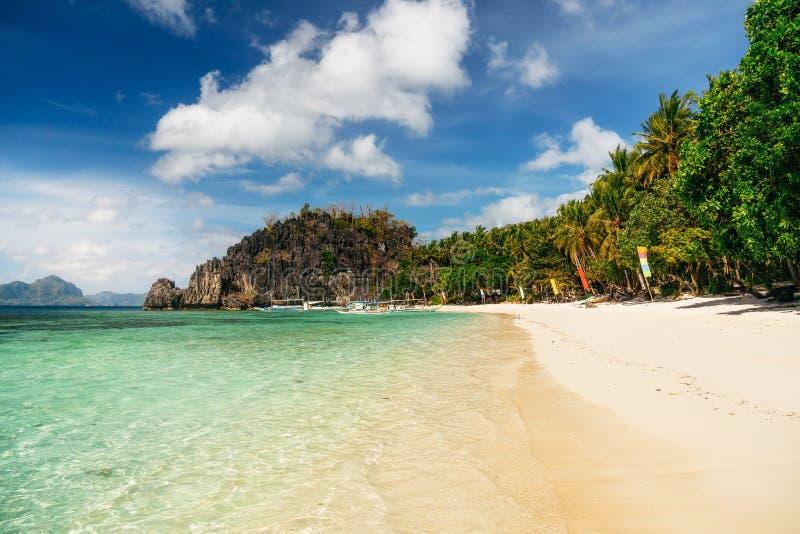 Papajastrand in de baai van Gr Nido, Filippijnen stock foto