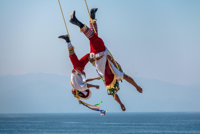 Papantla Flyers Voladores de Papantla -巴亚尔塔港,哈利斯科州,墨西哥的舞蹈 库存照片