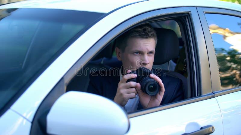 Paparazzi tirando fotos de celebridades de carro, fotojornalista profissional imagem de stock royalty free