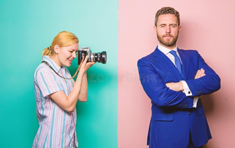 Paparazziconcept Knappe zakenman stellende camera Het schot van Nice Bekendheid en succes Fotograaf die succesvolle foto nemen stock fotografie
