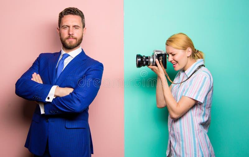 Paparazzikonzept Hübscher Geschäftsmann, der Kamera aufwirft Netter Schuß Ruhm und Erfolg Fotograf, der das Foto erfolgreich mach lizenzfreies stockfoto