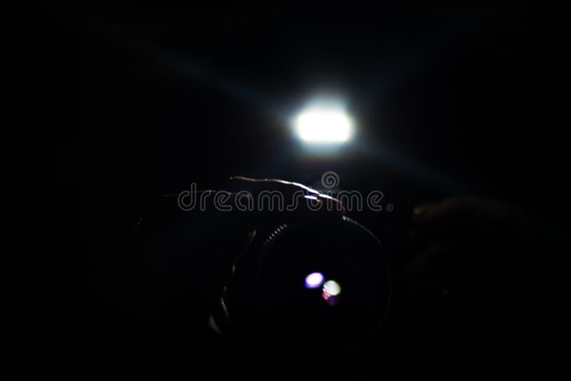 Paparazzo nascosto nello scuro immagini stock libere da diritti