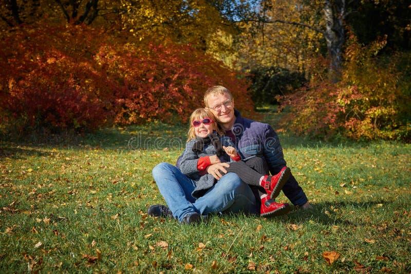 Papaspelen met zijn dochter royalty-vrije stock afbeeldingen