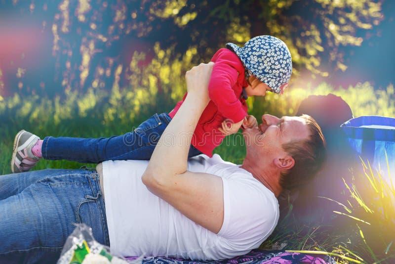 Papaspelen met zijn dochter in het park royalty-vrije stock afbeelding