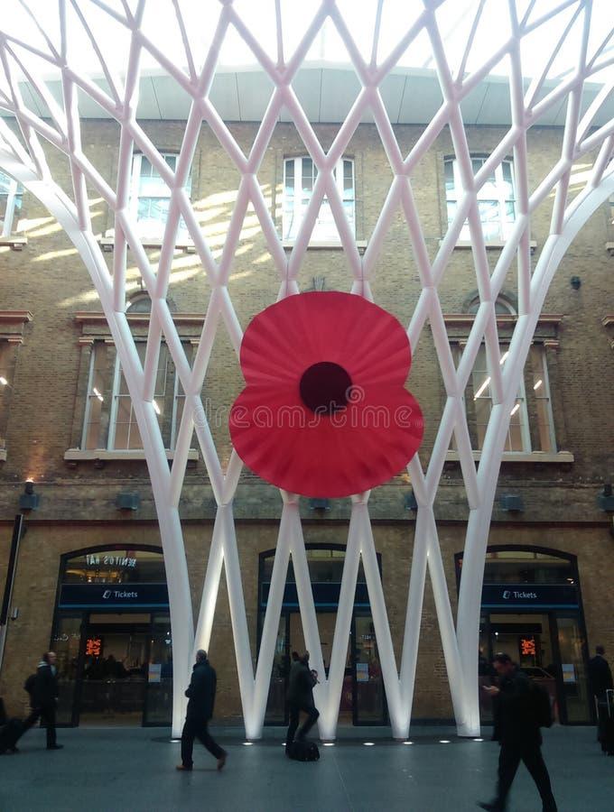 Papavero gigante alla stazione Londra dell'incrocio di re fotografie stock libere da diritti