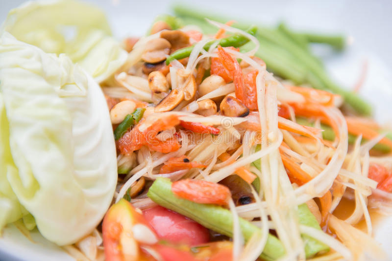 Papaya η σαλάτα ή το επίσης γνωστό SOM tum είναι πικάντικη ταϊλανδική κουζίνα στοκ εικόνα με δικαίωμα ελεύθερης χρήσης