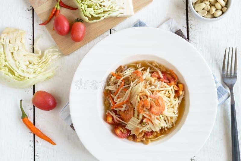Papaya διάσημα ταϊλανδικά τρόφιμα σαλάτας στον άσπρο ξύλινο πίνακα στοκ φωτογραφίες