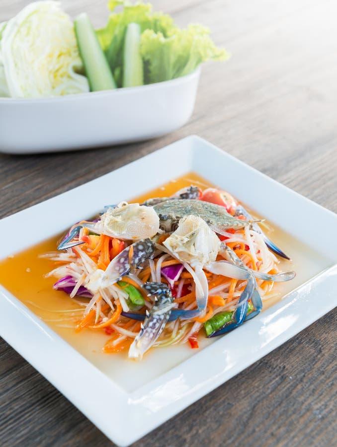 Papaya καρυκευμάτων σαλάτα με το φρέσκο μπλε καβούρι στοκ φωτογραφίες