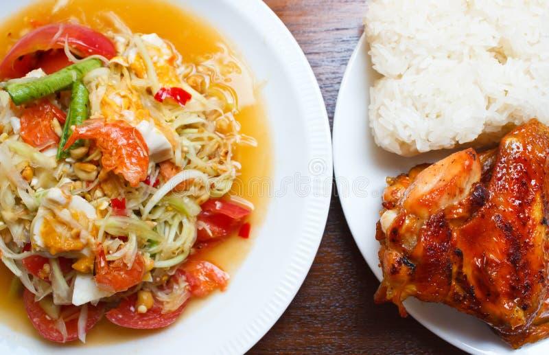 Papaya σαλάτα με το ψημένο στη σχάρα κοτόπουλο και το κολλώδες ρύζι, παραδοσιακά στοκ εικόνες