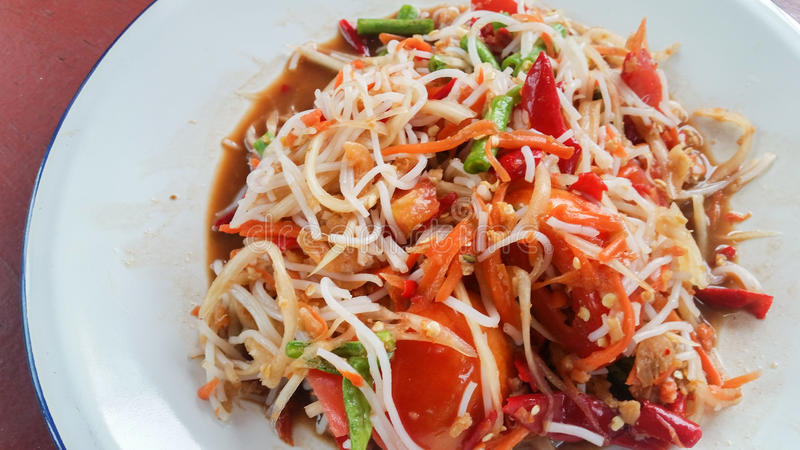 Papaya σαλάτα (Somtum) με vermicelli ρυζιού, ταϊλανδικά τρόφιμα στοκ εικόνες