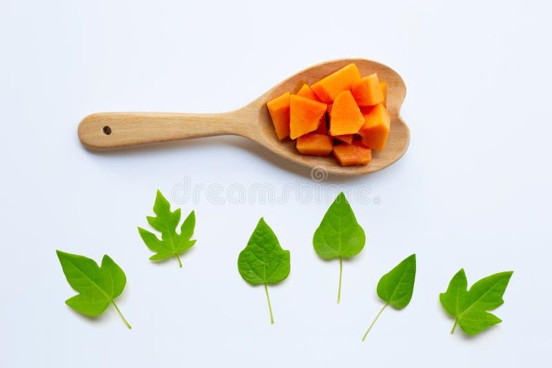 Papaya φρούτα με τα φύλλα σε ένα λευκό στοκ φωτογραφίες με δικαίωμα ελεύθερης χρήσης