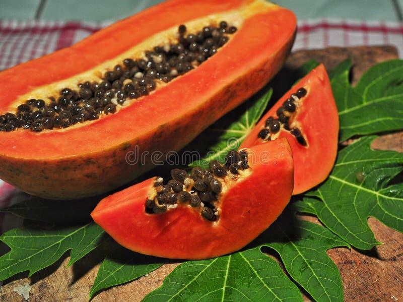 Papaya φρούτα που απομονώνονται στο ρόδινο υπόβαθρο στοκ εικόνες