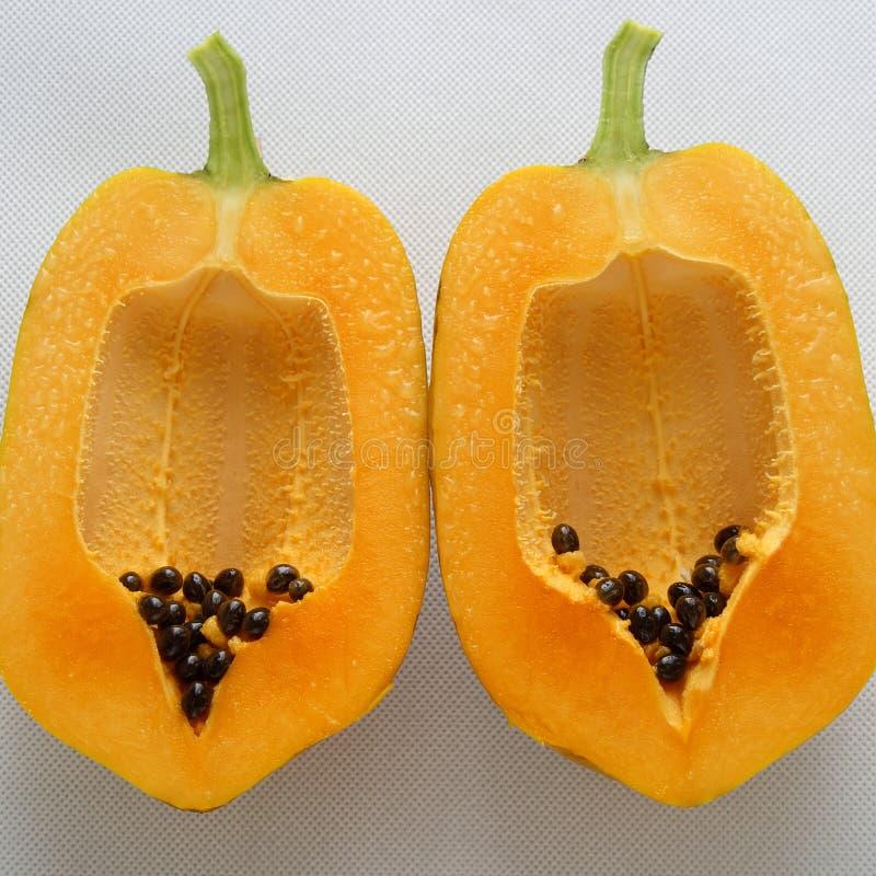 Papaya auf weißem Hintergrund, tropische Frucht stockfotos