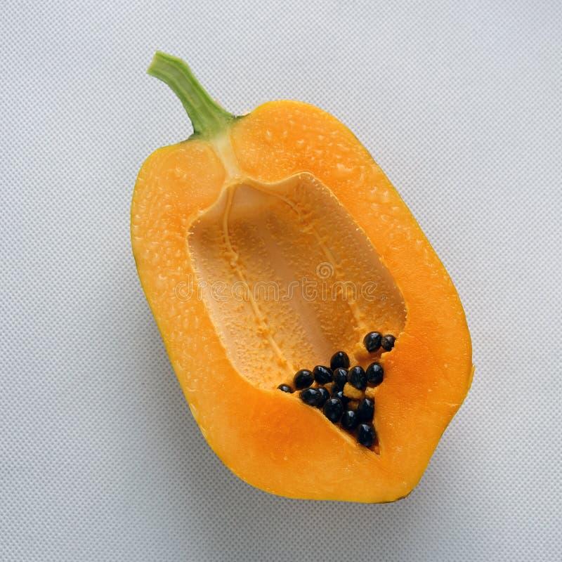 Papaya auf weißem Hintergrund, tropische Frucht stockbild