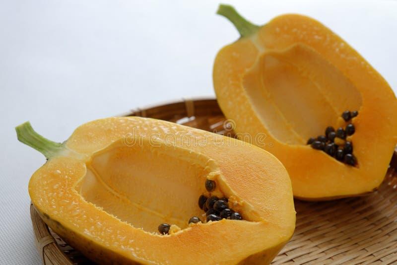 Papaya auf weißem Hintergrund, tropische Frucht lizenzfreie stockfotos