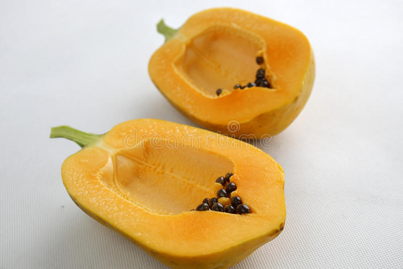 Papaya auf weißem Hintergrund, tropische Frucht stockfotografie