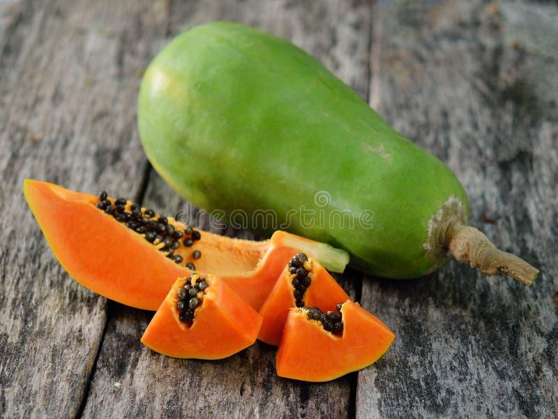 Papaya en de madera fotografía de archivo
