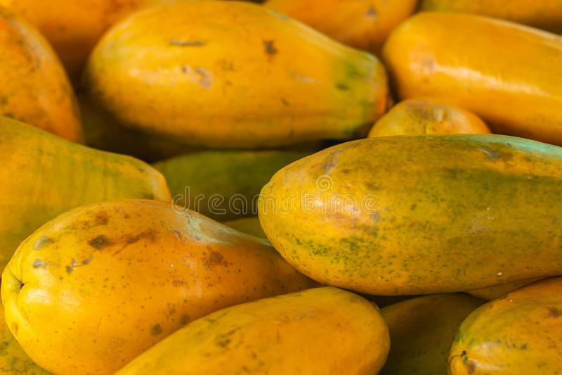 Papaya en el mercado Fruta de la pulpa anaranjada con las pequeñas semillas incontables Fruta tropical ex?tica fotografía de archivo libre de regalías