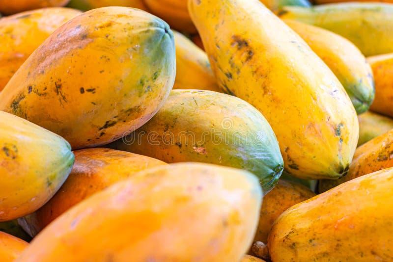 Papaya i marknaden Frukt av orange trämassa med otaligt litet frö tropisk exotisk frukt royaltyfri fotografi