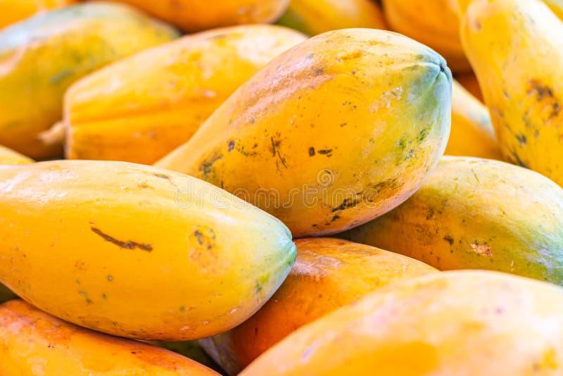 Papaya i marknaden Frukt av orange trämassa med otaligt litet frö tropisk exotisk frukt royaltyfria bilder