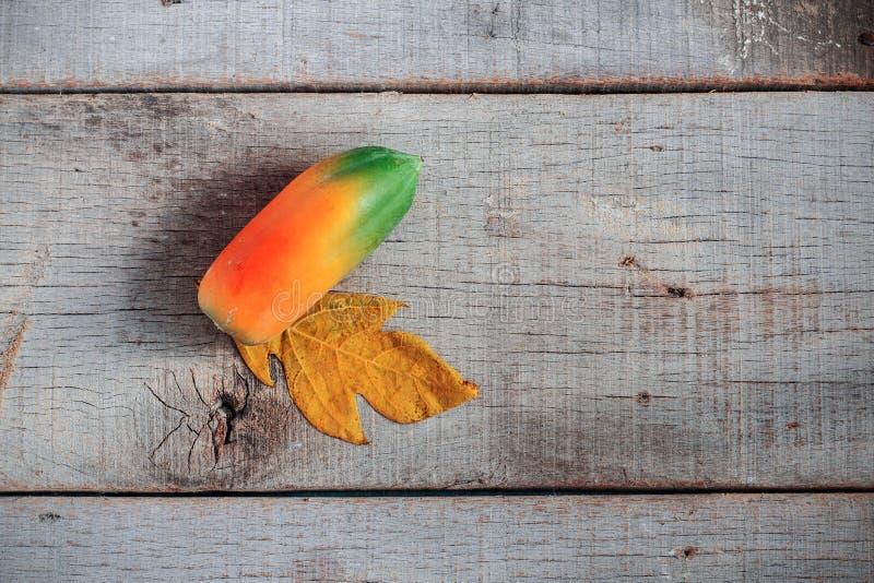 Papaya ist auf hölzernem reif lizenzfreie stockbilder