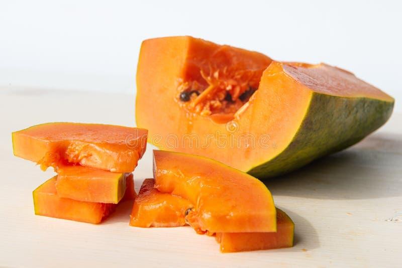 Papaya rebanada en la tabla de corte foto de archivo