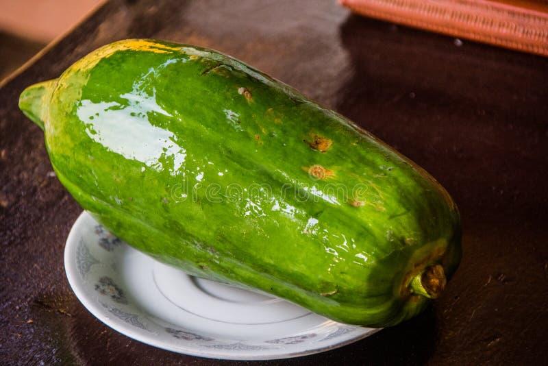 Papaya verde imagenes de archivo