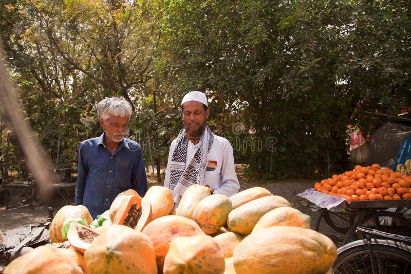 Papaya y calle india anaranjada foto de archivo libre de regalías