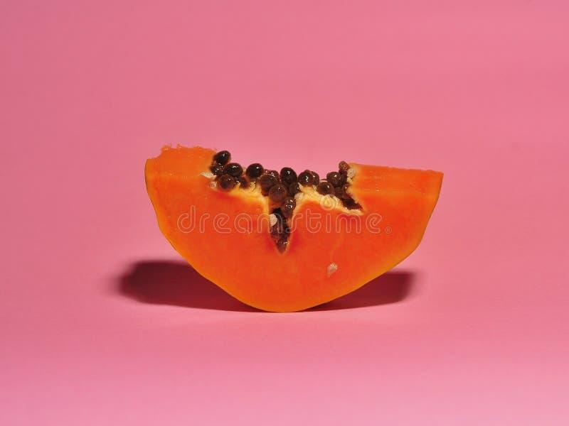 Papayafrucht lokalisiert auf rosa Hintergrund stockfotografie