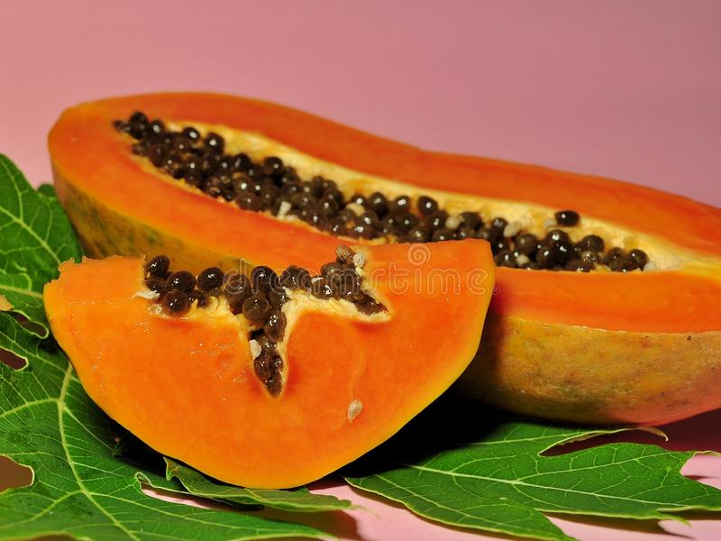 Papayafrucht lokalisiert auf rosa Hintergrund lizenzfreie stockfotos