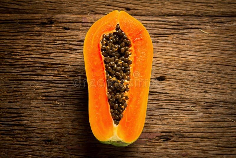 Papayafrukt half seed Gammalt trä moring Solnedgång konst asiat fotografering för bildbyråer