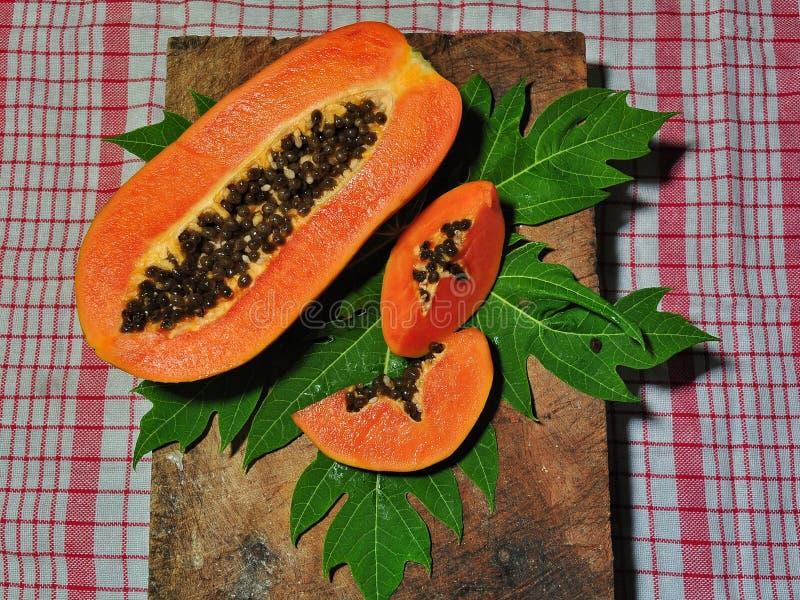 Papayafrukt som isoleras p? rosa bakgrund royaltyfri fotografi