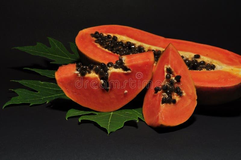 Papayafrukt som isoleras p? svart bakgrund arkivfoto