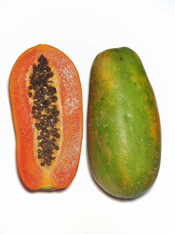 Papayafrukt som isoleras p? vit bakgrund royaltyfri fotografi