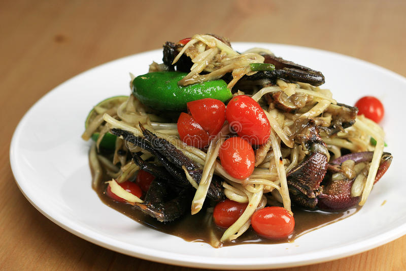 Papayasalat mit Krabbe und gegorener Fischquelle stockfotos