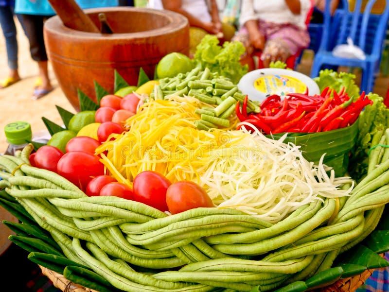 Papayasallad eller Somtum, thailändsk mat arkivbilder