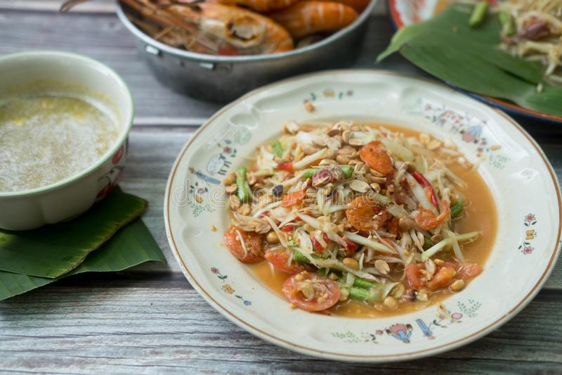 Papayasallad med den thailändska blandad torkad räka eller torkade rimmade räkasomtumen arkivfoto