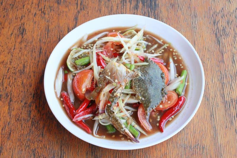 Papayasallad med krabban i den vita maträtten royaltyfria bilder