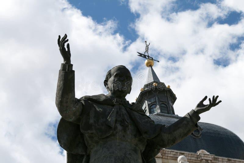Pape avec le ciel photo stock