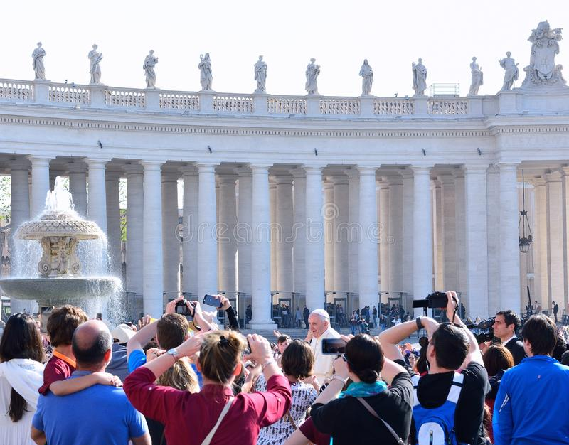 Pape Francis salue les pèlerins pendant son assistance générale hebdomadaire en place du ` s de St Peter photographie stock libre de droits