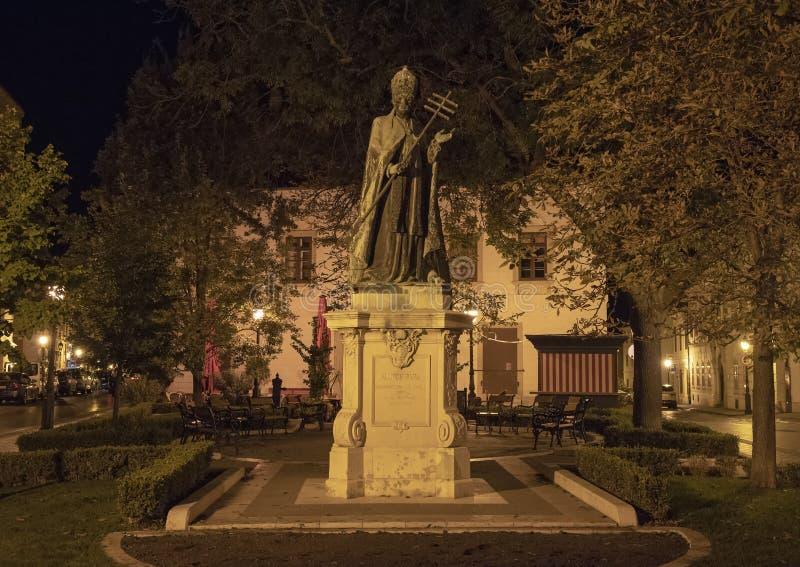 Pape Innocent de statue XI la nuit, Budapest, Hongrie images stock