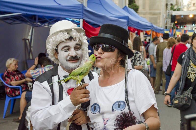 Papegojan kysser kvinnan arkivfoto