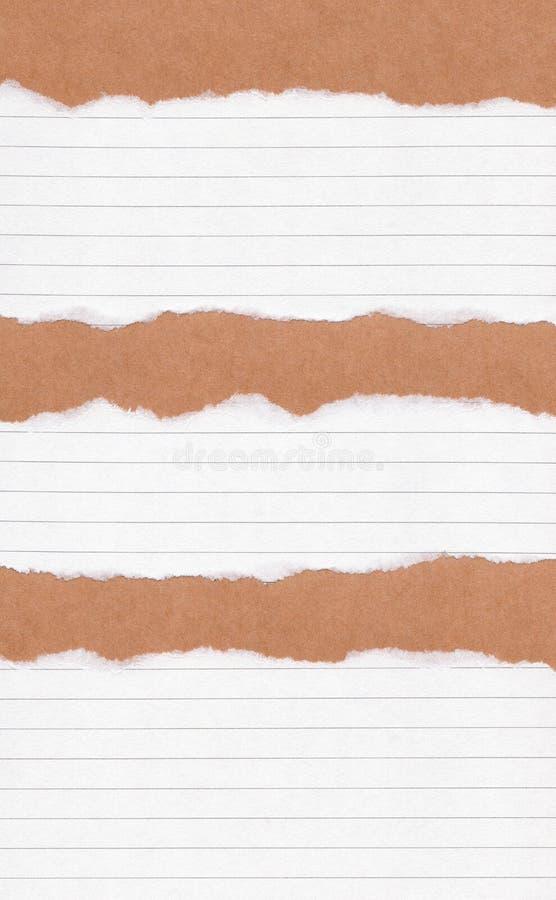 Papel alinhado rasgado close up no fundo de papel marrom da textura do grunge Nota de papel do rasgo, folha de papel marrom com e fotografia de stock royalty free
