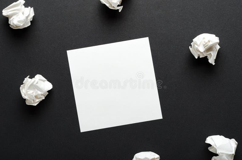 Papel amarrotado branco e uma folha de papel um fundo preto Busca para ideias, inspiração do conceito Copie o espa?o, parte super imagens de stock