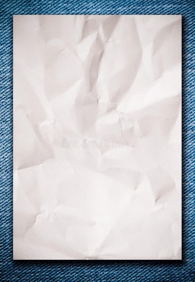 Papel amarrotado branco na calças de ganga imagem de stock royalty free