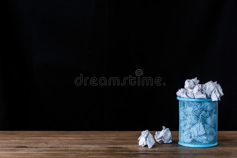 Papel amarrotado no escaninho de lixo imagem de stock