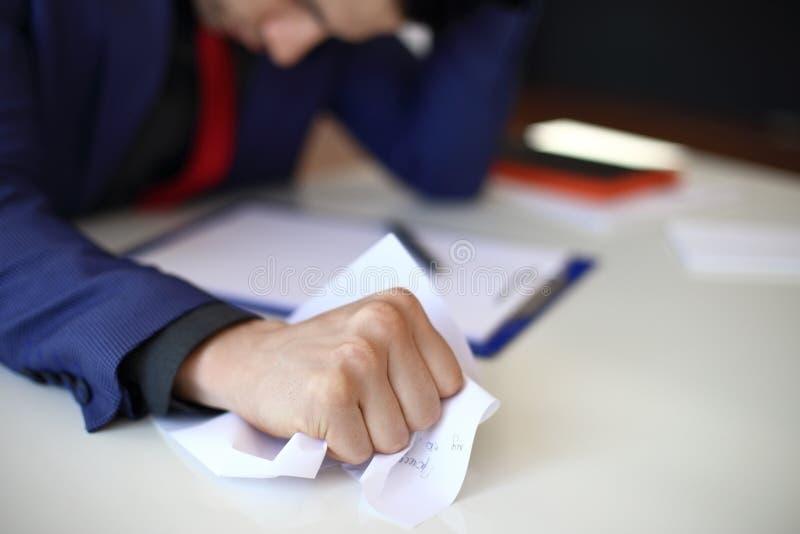 Papel arrugado en mano del hombre de negocios fotografía de archivo libre de regalías