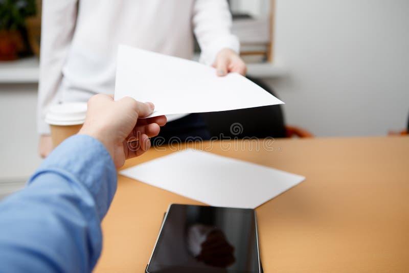 Papel assinado passagem dos trabalhadores de escritório imagens de stock royalty free