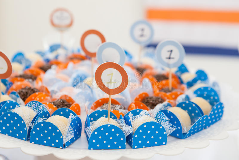 Papel azul que empaqueta con los caramelos imagenes de archivo